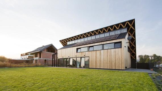 Будинок із зеленим похилим дахом