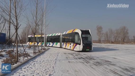 У Китаї тестують електричний безрейковий поїзд
