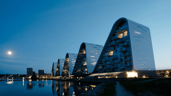 Дом в форме волны построен в Дании