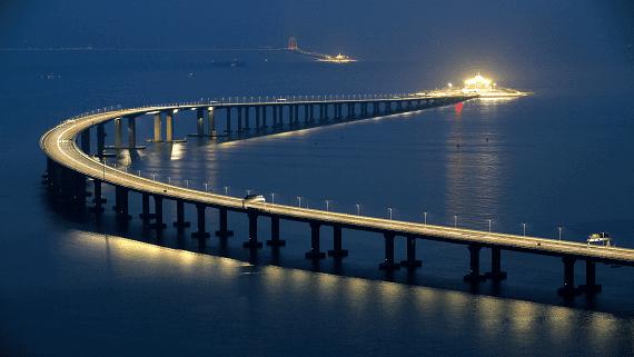 У Китаї відкрили найдовший у світі морський міст підводним тунелем