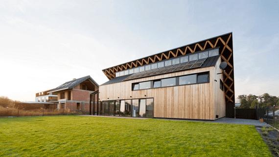 Дом с зеленой наклонной крышей