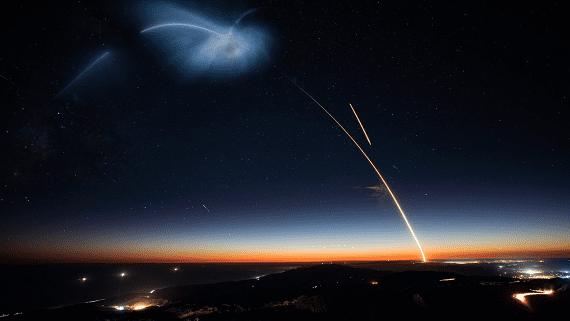 Первая ступень ракеты Falcon 9 впервые успешно вернулась на космодром в Калифорнии