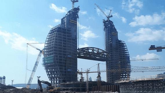 У Баку між вежами готелю встановили сталевий міст вагою 2100 тонн на висоті 120 метрів