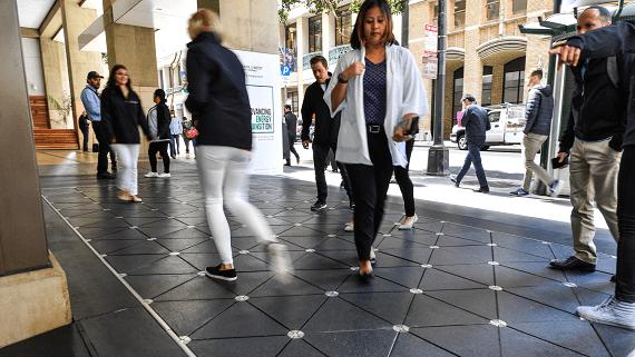 Тротуарная плитка преобразовывающая энергию шагов людей в электричество