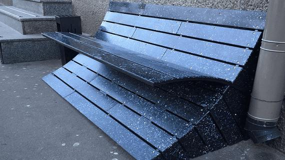 В Киеве установили лавочку из переработанных пластиковых крышек