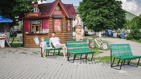 В Ивано-Франковской области установили лавочки из пластиковых крышек