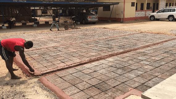 Тротуарная плитка из переработанных пластиковых отходов