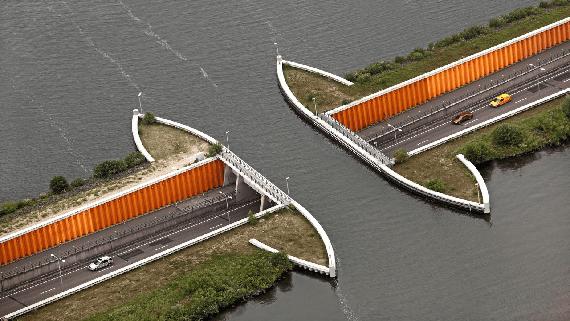Акведук Veluwemeer в Голландии