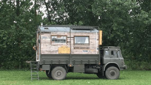 Сімейна пара з Англії перетворила стару армійську вантажівку в будинок на колесах